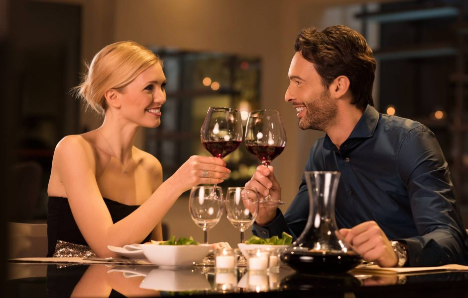 couple-enjoying-romantic-dinner-restaurant